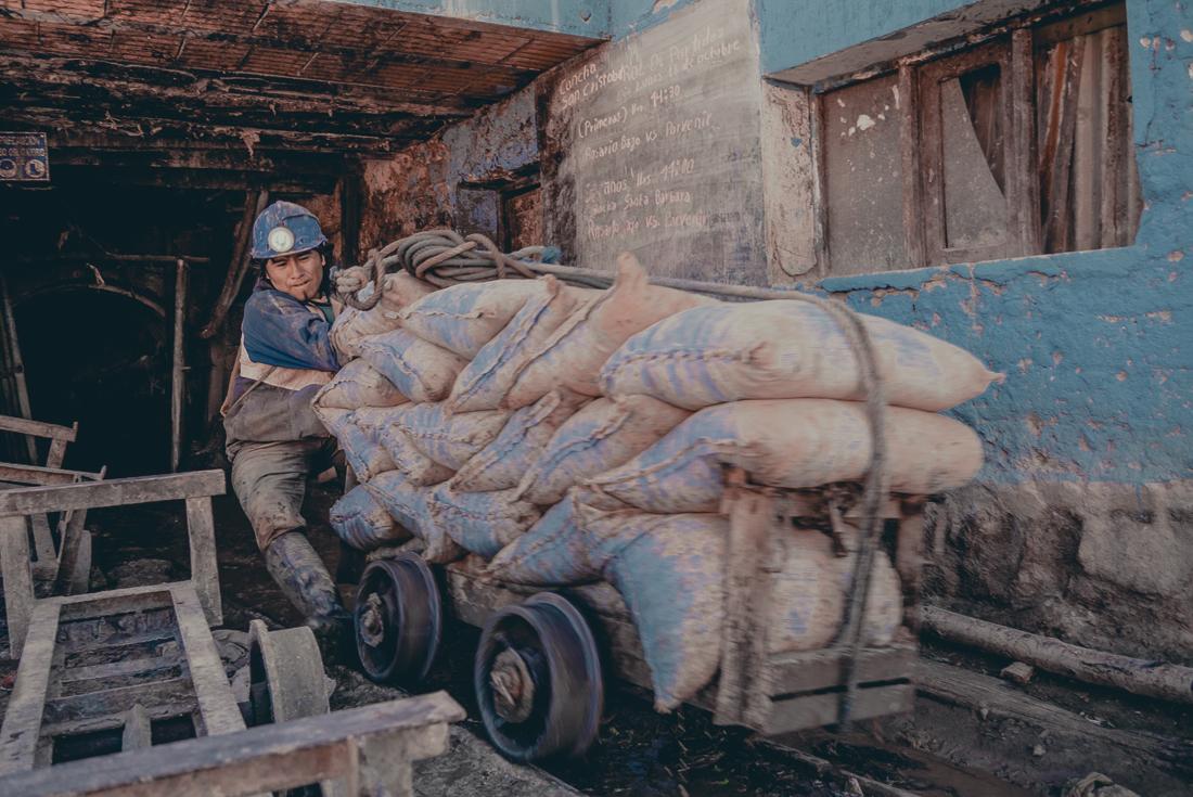 Mörka tunnlar och tungt arbete i silvergruvorna i Potosi