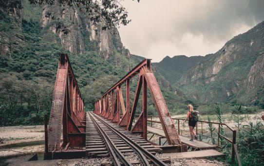 Machu Picchu med bil och vandring längs med tågrälsen