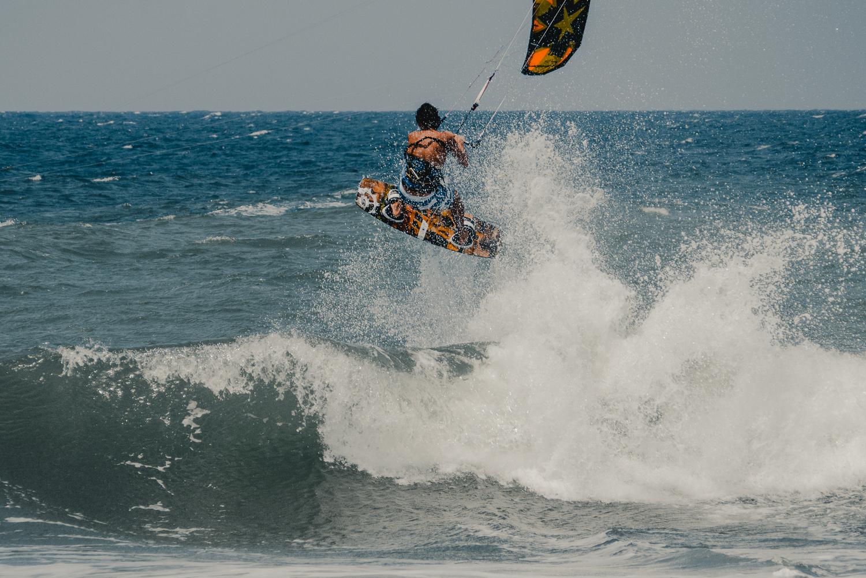 För höga vågor för kitesurf i Santa Marianita