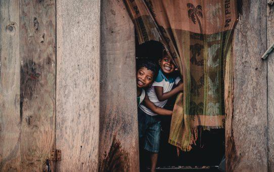Julklappsutdelning till panamanianska barn utanför Bocas del Toro