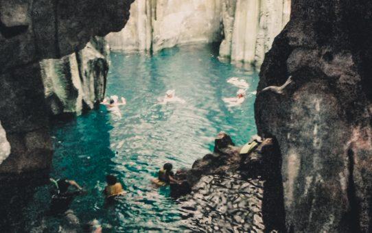 Simma i den blå lagunen i grottan Sawa-I-Lau: hur länge kan du hålla andan?